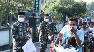 Ajak Anggota Tebar Kebaikan, Danramil Janapria Berbagi Ta'jil Dan Masker Pada Masyarakat