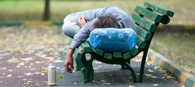 Un hombre ebrio duerme en un barco.OMS / Sergey Volkov