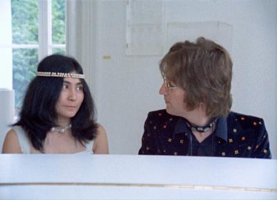 Yoko Ono e John Lennon ao piano, na mansão do casal em Tittenhurst Park - Divulgação