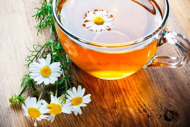 6 chás para combater a insônia e dormir melhor -  Chá de camomila e tília