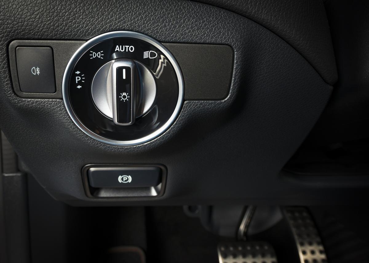 comment remplacer l 39 interrupteur des phares fiche technique auto. Black Bedroom Furniture Sets. Home Design Ideas