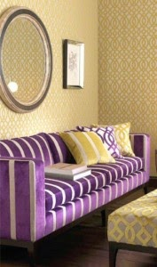 sala decorada con violeta amarillo