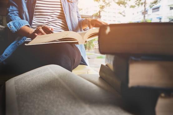 Mujer leyendo un libro de poesia