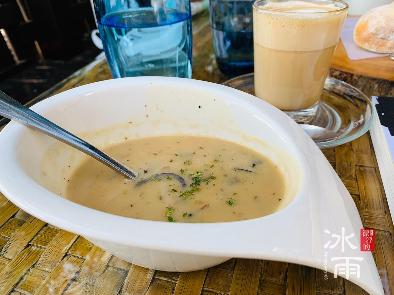 淡水榕堤水灣 前菜蘑菇湯 好喝
