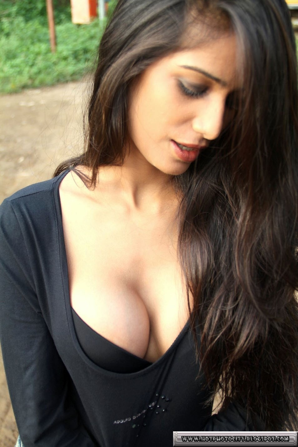 Indian babe plays and squirts on cam