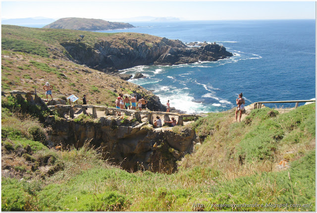 Cueva del infierno y turistas observadores