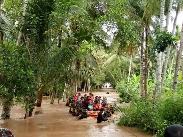 Prajurit Yonif Raider 515 Kostrad Bantu Evakuasi Warga Korban Banjir Di Jember