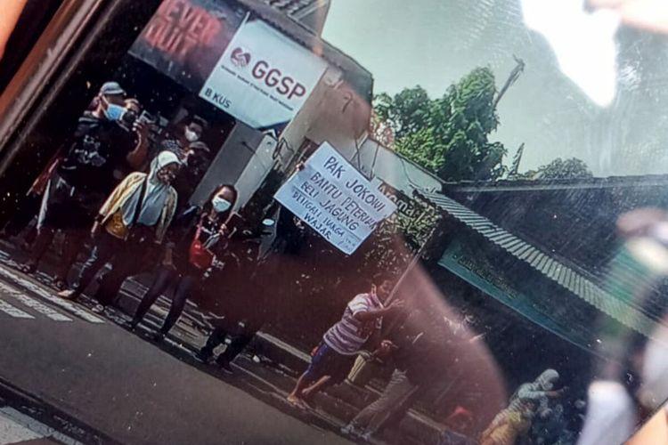 Istana Undang Peternak Bentangkan Poster di Blitar untuk Bertemu Jokowi Besok Ini