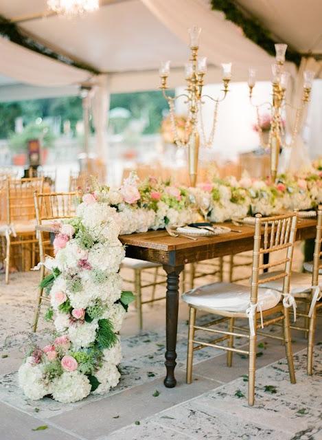 Mesa imperial con un gran camino de flores - Foto: Pinterest