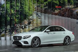 Mercedes E350 AMG mang ngoại hình không khác gì Mercedes E300 AMG. Xe được trang bị bộ cản trước và sau AMG thể thao với hốc gió lớn. Trần xe sơn đen. Bộ vành 5 chấu kép kích thước 19 inch