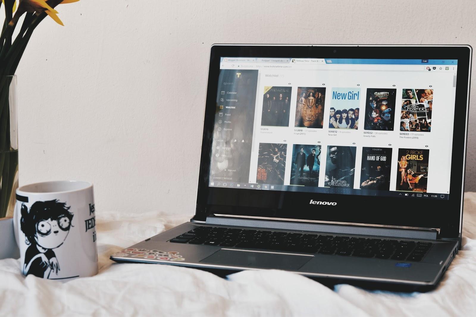 seriale, lato, co oglądać, jakie seriale wybrać, kwiaty, kubek, książkoholik