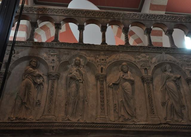 Romański kościół św. Michała w Hildesheim - płaskorzeźby