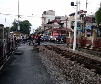 Người dân đi qua đường ray tàu