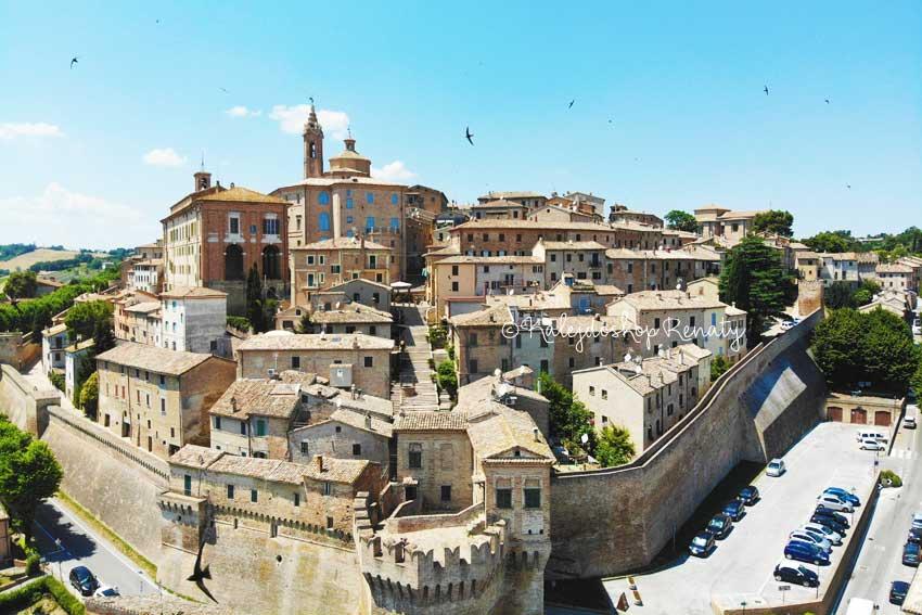 Widok na mury miasteczka Corinaldo, włoskie miasteczko , miasteczko w Marche