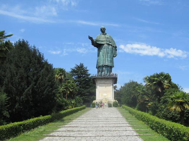 Statua di San Carlo Borromeo