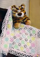 http://bebecroche-tricot.blogspot.com.es/2013/07/manta-flor-croche.html