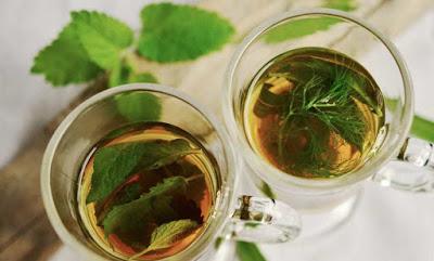شاي بالنعناع و التوت الجاف