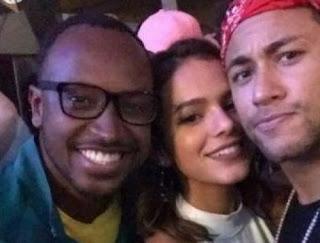 Neymar e Marquezine celebram classificação do Brasil em show sertanejo