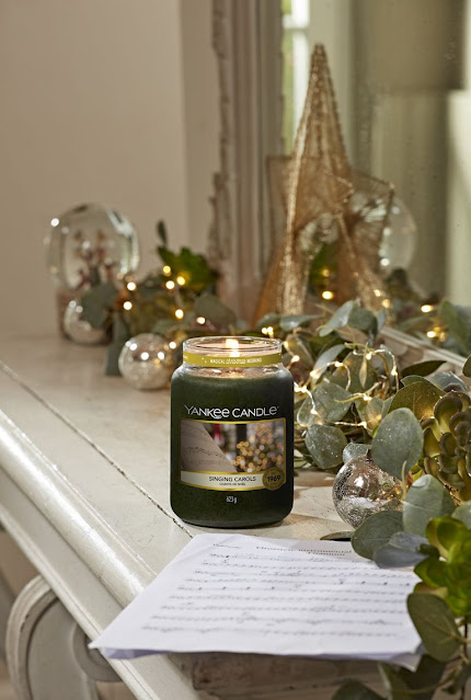 yankee candle singing carols review, bougie yankee candle singing carols, yankee candle chants de noël avis, chants de noël yankee candle, yankee candle christmas collection 2020, bougie parfumée yankee candle, yankee candle, yankee candle review, blog bougie parfumée, bougie parfumée américaine, bougies yankee candle