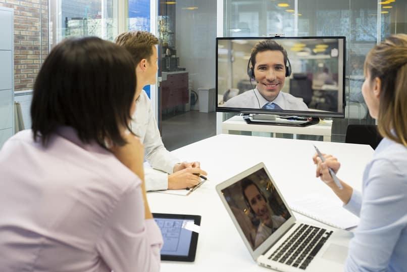 Protocolo para reuniones en línea - licencia Adobe Stock