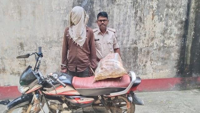 52 बोतल नेपाली शराब-बाइक के साथ एक गिरफ्तार