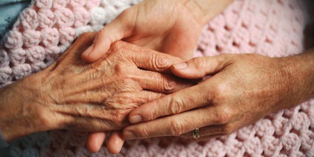 Κυρία αναλαμβάνει φροντίδα ηλικιωμένης στο παλιό Ναύπλιο