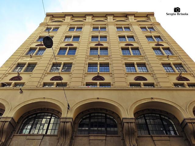 Perspectiva inferior da fachada do Edifício Cames - Centro - São Paulo