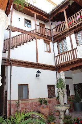 Patios con entramados y balaustres de madera. Patios con mucha Historia. Los patios de Toledo abren al público por la festividad del Corpus