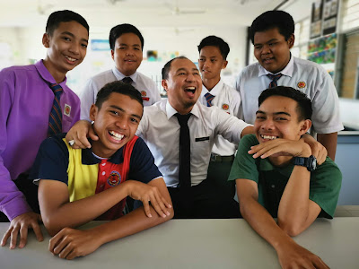 Kegembiraan untuk berada di sekolah bersama guru dan murid