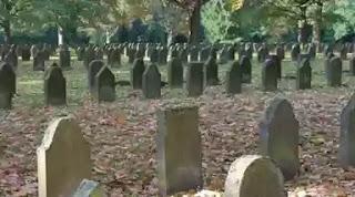 Hukum Kencing di Pemakaman Umum