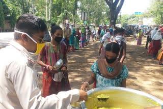 jamshedpur-police-provide-food-in-lock-down