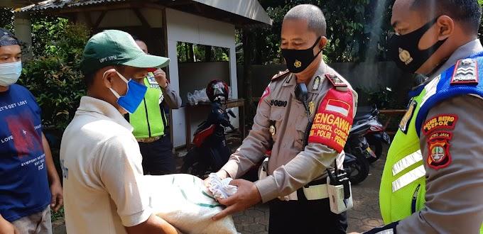 Tebar Sembako, Tim Kamsel Satlantas Pelrestro Depok Sasar Para Penggali Kubur