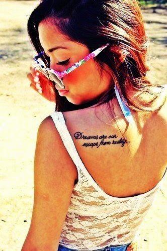 Foto de una chica con tatuajes femeninos