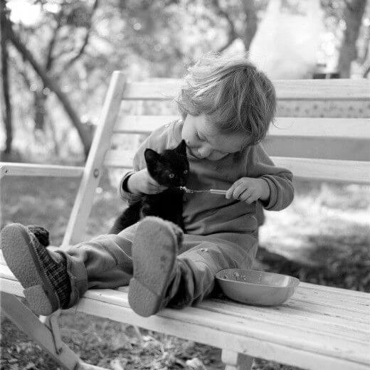 16 Pictures Of Children Restored Our Faith In Humanity - This baby is feeding his kitty.