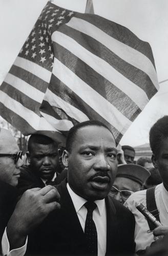 Martin Luther King, Jr. and the Flag © Steve Schapiro