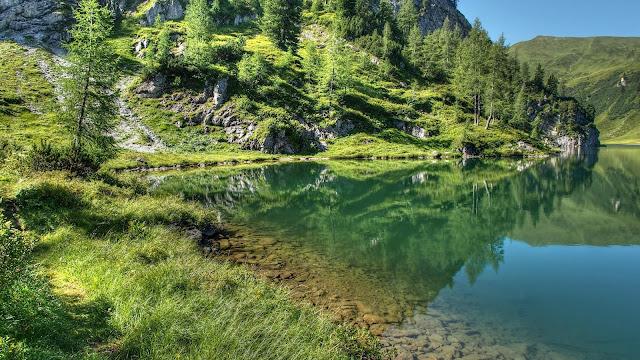Foto met een meer in de bergen met helder water.
