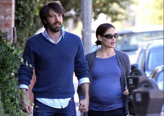 Bearded Ben Affleck and pregnant Jennifer Garner walk down the sidewalk