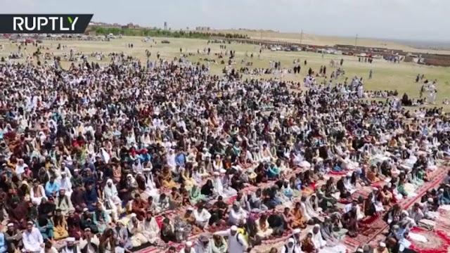 «Δεν ενδιαφερόμαστε για τον κορωνοϊό»: Μαζική προσευχή στο Αφγανιστάν για το Ραμαζανι, αψηφώντας την καραντίνα