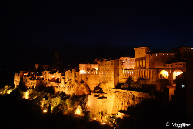 Panorama di Pitigliano in notturna