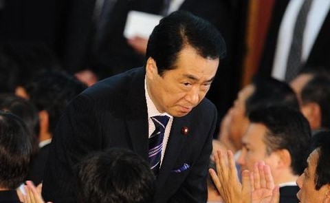 議員集会で低姿勢で挨拶回りをする菅直人首相