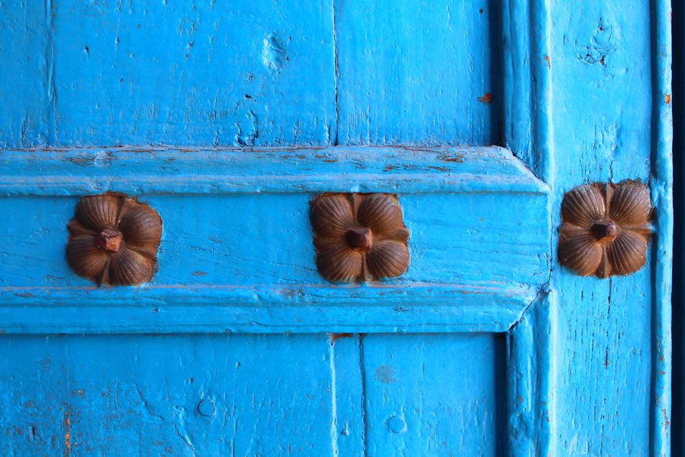Blue door details in Cusco, Peru - lifestyle & travel blog