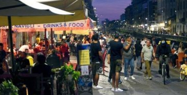 ميلانو تمنع بيع المشروبات الكحولية بعد الساعة السابعة مساء، ضمانا لاحترام التباعد الاجتماعي في مواجهة كورونا.