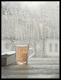 tisane-tasse-livre-devant-fenetre-pluie