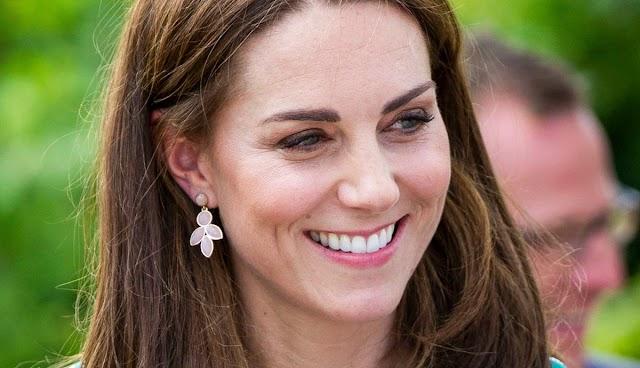 Maszkos hercegné! Angyali ruhában és virágos maszkban jótékonykodott Kate Middleton