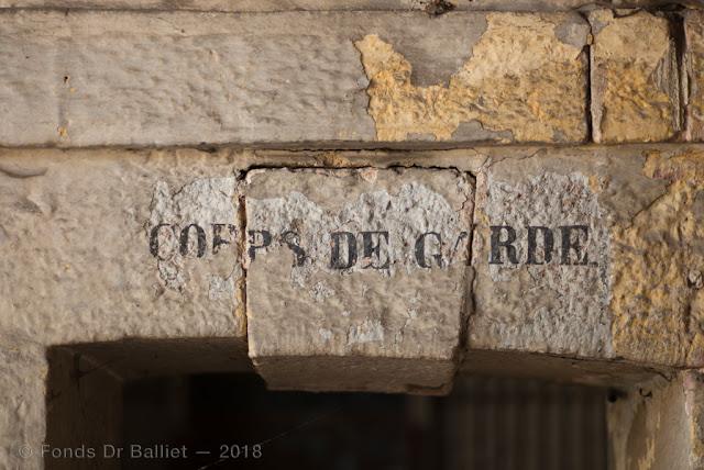 Neuf-Brisach — Corps de garde de la porte de Colmar… 150 après avoir été recouvertes, les inscriptions réapparaissent !