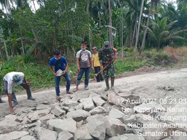 Personel Jajaran Kodim 0208/Asahan Bersama Warga Kompak Perbaiki Jalan Demi Keselamatan Bersama