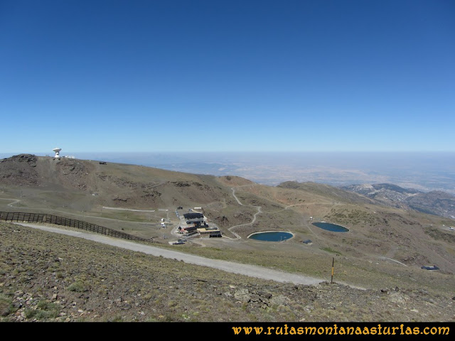 Ruta Hoya de la Mora - Veleta: Vista del radiotelescopio y estación de esquí