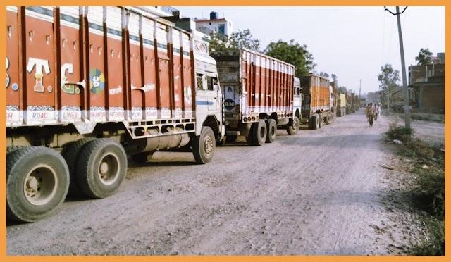 कार्यवाही के नाम पर हुई खानापूर्ति के बावजूद फर्राटा भर रहे मोरंग से भरे ओवरलोड़ ट्रक