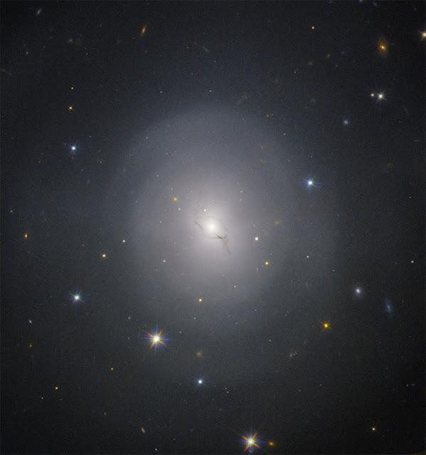 Thiên hà NGC 4993 trong chòm sao Hydra vào thời khắc xảy ra sự kiện hai sao neutron sáp nhập vào nhau và tạo ra sóng hấp dẫn được chụp bởi Kính Viễn vọng Không gian Hubble. Hình ảnh: Hubble/NASA.