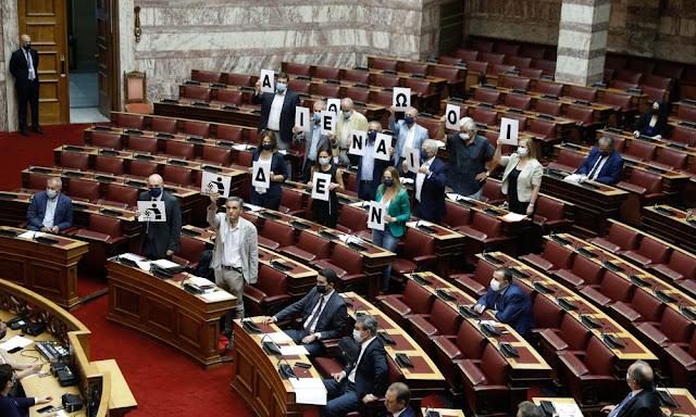 Βουλή / Πλακάτ σήκωσαν οι βουλευτές του ΣΥΡΙΖΑ για τη δίκη της Χρυσής Αυγής – VIDEO